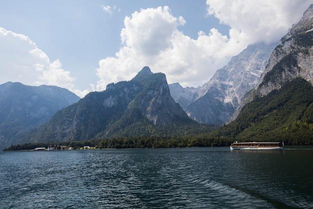 De zomerscène in konigsee-meer, beieren, zuid-duitsland. europa