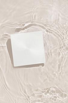 De zomerscène met document kaartnota in water.