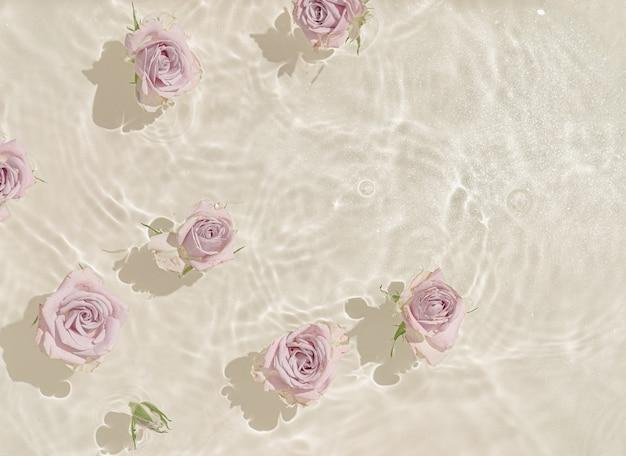 De zomerscène met roze bloemen in water.
