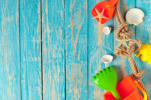 De zomerstuk speelgoed op houten lijstachtergrond