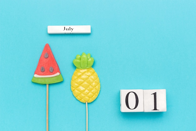 De zomervruchten ananas, watermeloen op blauwe achtergrond. concept hallo juli
