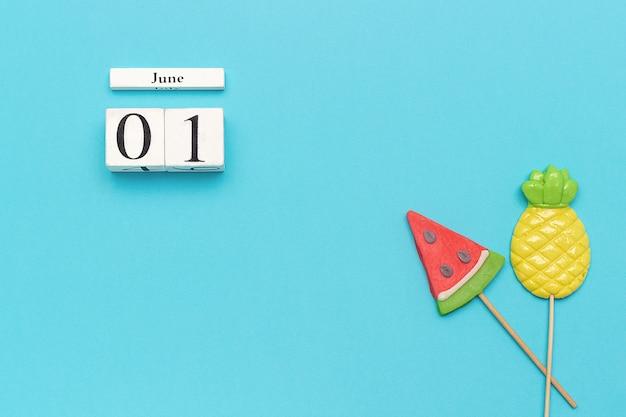 De zomervruchten ananas, watermeloen op blauwe achtergrond. concept hallo juni