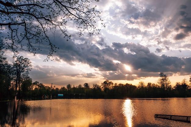 De zon breekt uit van de regenwolken