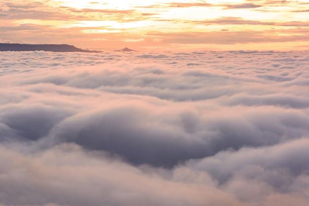 De zon komt 's ochtends op. voelt gezellig aan met een mooie mist tijdens de vakantie, phu-tub-berk, thailand.