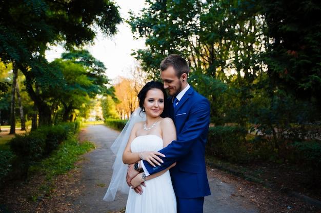 De zon omhelst zachtjes bruid in de tuin