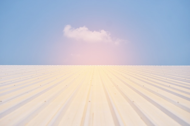 De zonnecel in zonnelandbouwbedrijf met groene boom en zonverlichting denkt na