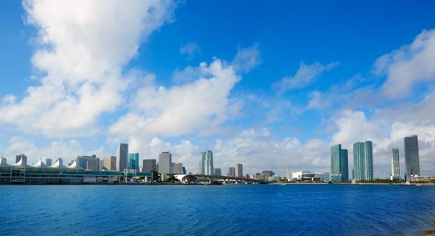 De zonnige horizon van de binnenstad van miami in florida de vs