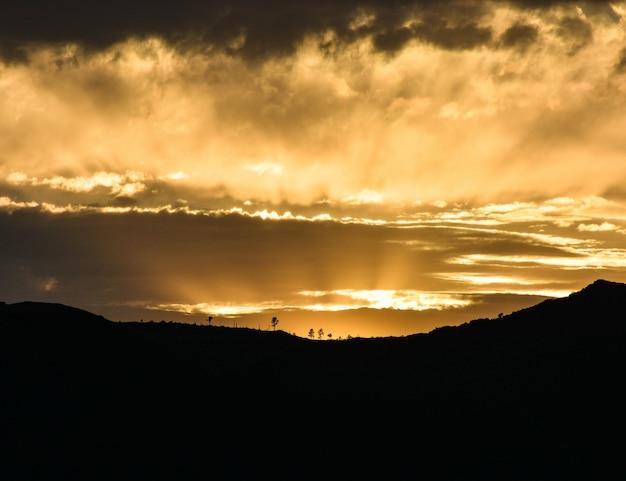 De zonsondergang maakt het landschap schoon