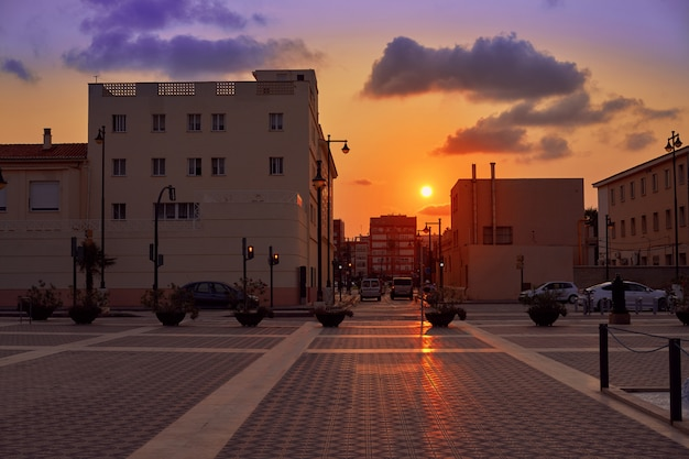 De zonsondergang van valencia in malvarrosa-strand in spanje