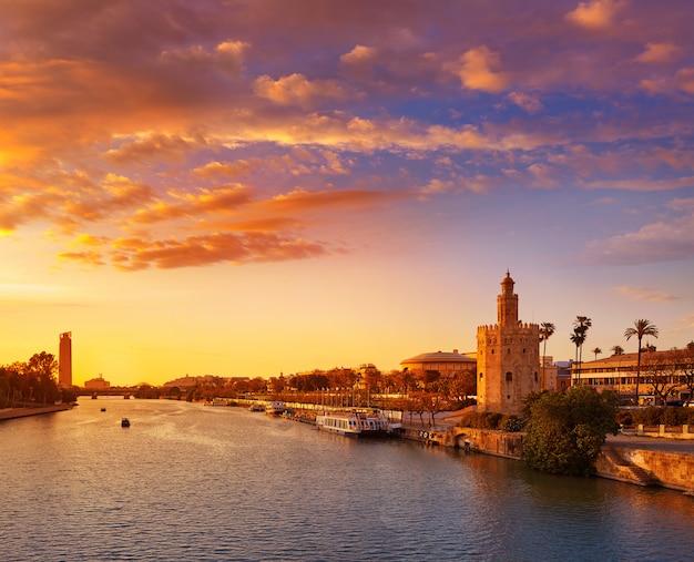 De zonsonderganghorizon van sevilla torre del oro in sevilla