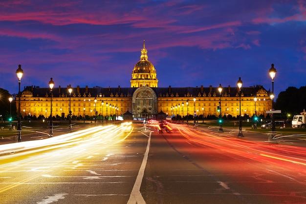 De zonsondergangvoorgevel van les invalides in parijs frankrijk