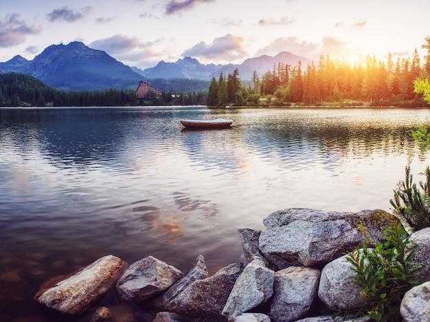De zonsopgang boven een meer in het park hoge tatra. shtrbske pleso,