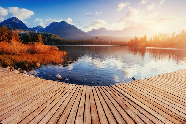 De zonsopgang boven een meer in het park hoge tatra. shtrbske pleso