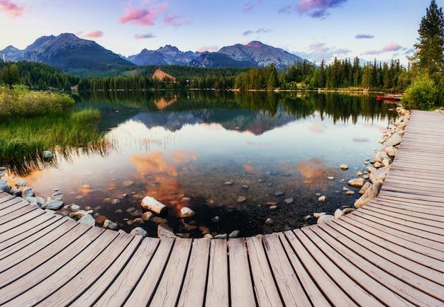De zonsopgang boven een meer in het park hoge tatra.
