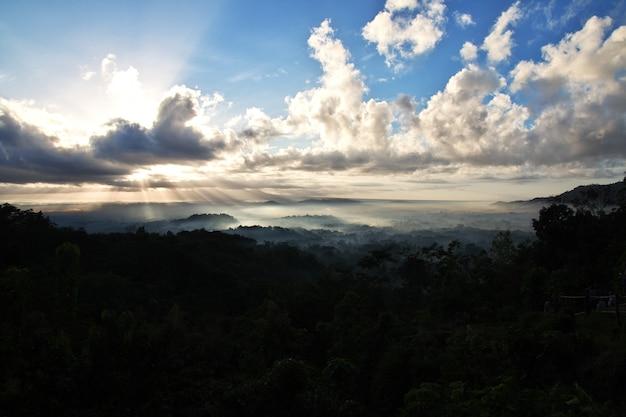 De zonsopgang op de borobudur-tempel, indonesië