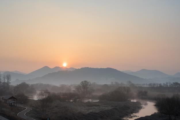 De zonsopgang van de moerassen. de zon komt op boven de berg.