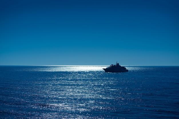 De zonsopgangboot die van de zonsondergang ibiza haven bereikt