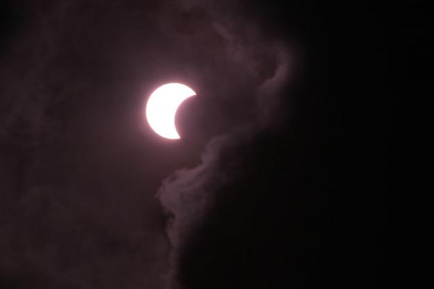 De zonsverduistering is niet vol boven de hemel.