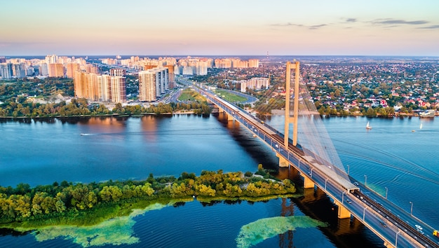 De zuidelijke brug over de dnjepr in kiev, de hoofdstad van oekraïne