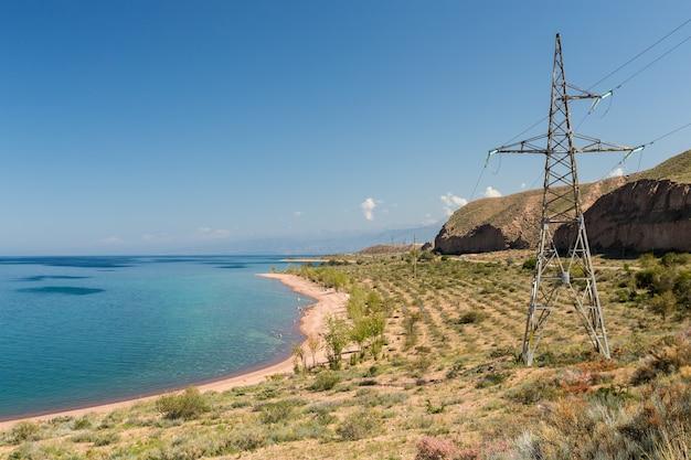 De zuidelijke oever van het issyk kul-meer kirgizië elektriciteitsmast