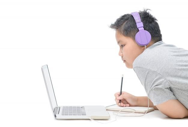 De zwaarlijvige thuis online geïsoleerde studie van de de slijtagehoofdtelefoon van de jongensstudent