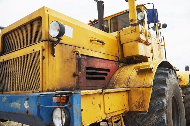 De zware bulldozer van de bouwlader op bouwgebied.