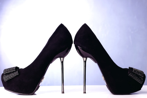 De zwarte hoge schoenen van hakvrouwen op witte ruimte.