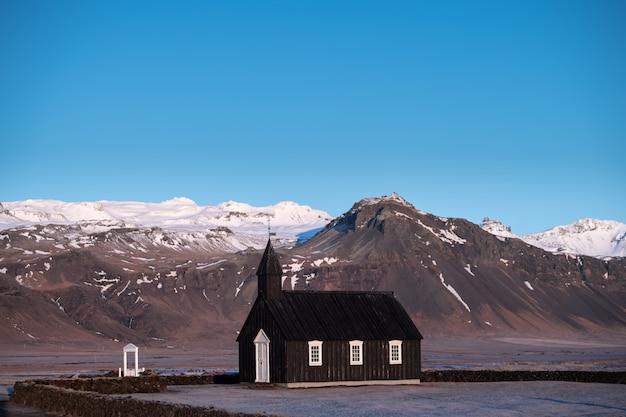 De zwarte kerk van budir in ijsland