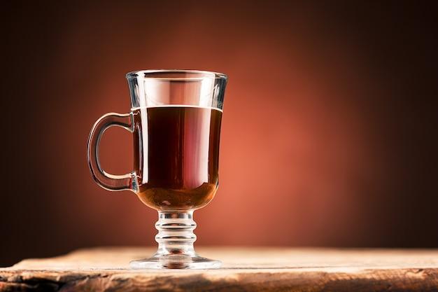 De zwarte koffie in een glas