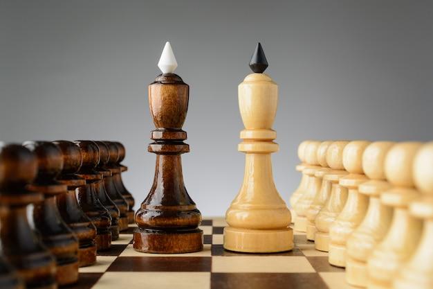 De zwarte koning staat naast een wit
