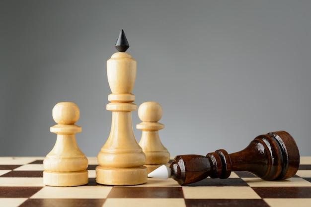 De zwarte koning staat voor de witte koning