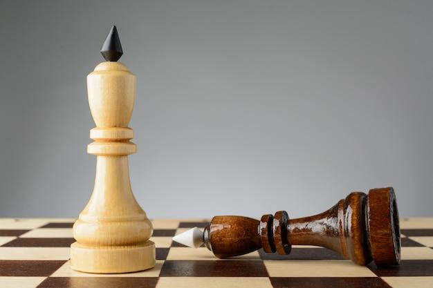 De zwarte koning staat voor wit