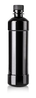 De zwarte plastic fles geïsoleerd witte achtergrond met uitknippad