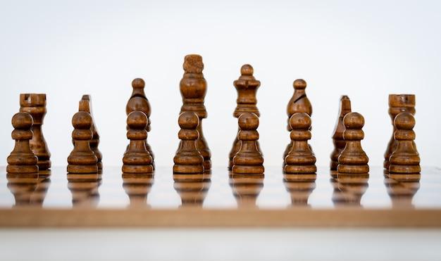 De zwarte schaakstukken worden op een schaakbord gezet om te spelen.