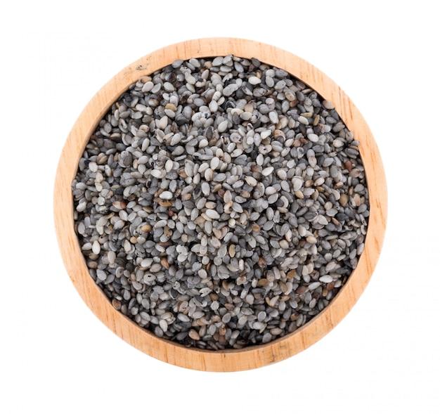 De zwarte sesam schrobt zaad dat op wit wordt geïsoleerd