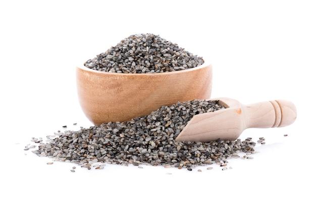 De zwarte sesam schrobt zaad in kom die op witte oppervlakte wordt geïsoleerd