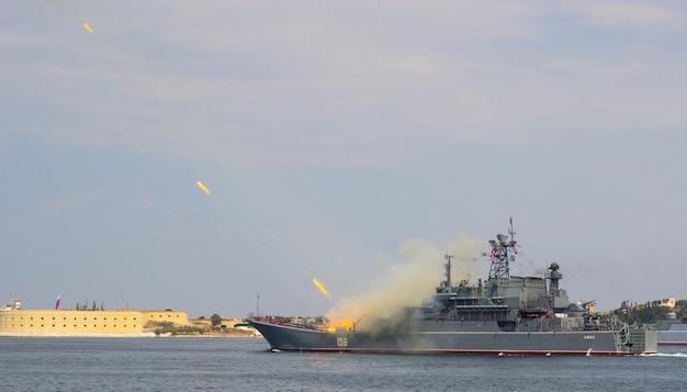 De zwarte-zeevloot van rusland paradeert op de dag van de marine, de marine van rusland, marineschepen in sevastopol