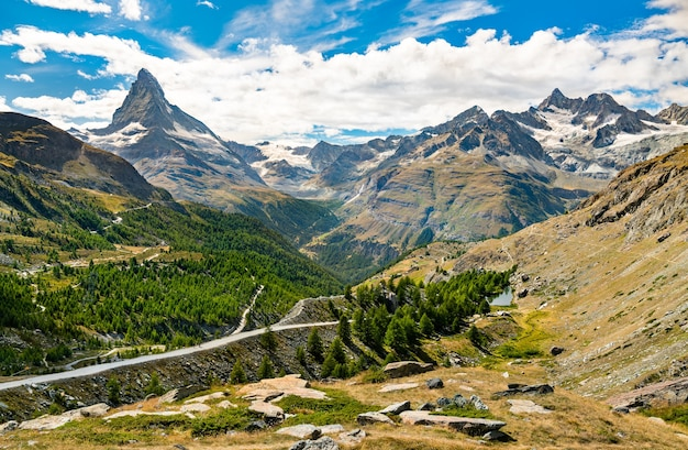 De zwitserse alpen met de matterhorn bij zermatt