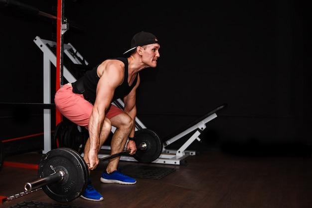 Deadlift. sportmens die barbell row opheffen bij gymnastiek