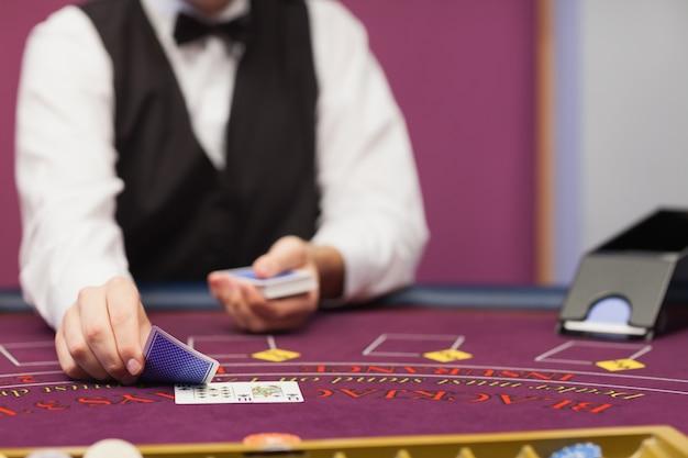 Dealer die kaarten in een casino behandelt