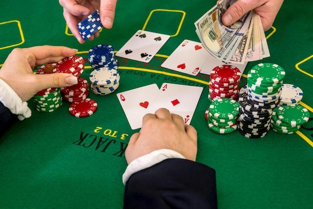 Dealer en speler die een gokje wagen, casino