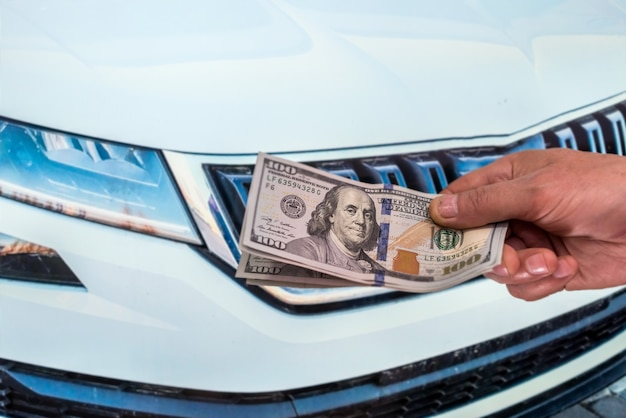 Dealer maakt een afspraak om een nieuwe auto te kopen, man met dollar. aankoop concept