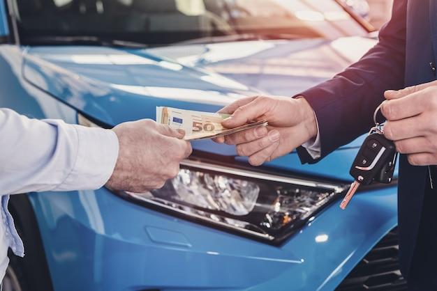 Dealer ontvangt geld van klant close-up