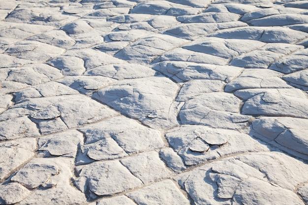 Death valley, californië. detail van zoutresidu in de woestijn.
