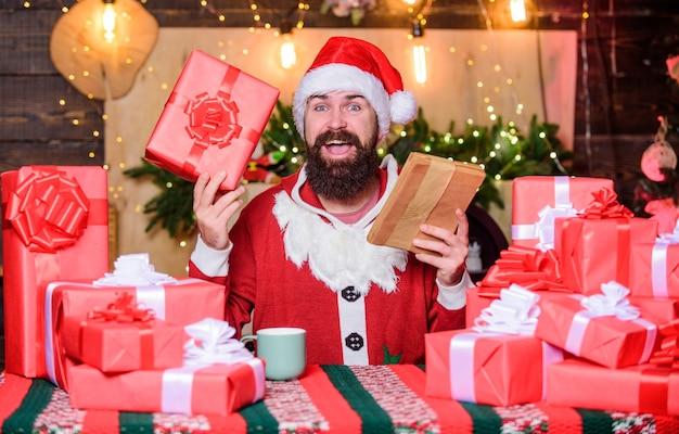 December aankopen. oude traditie. kerstman routine. cadeautjes klaarmaken. vrolijk kerstconcept. winters carnaval. boodschappenlijst. kerstcadeautjes kopen. man kerstmuts voorbereiden op kerstvakantie.