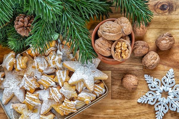 December is kerstmis. kerstkoekjes met noten en boomtakken. wintervakantie.