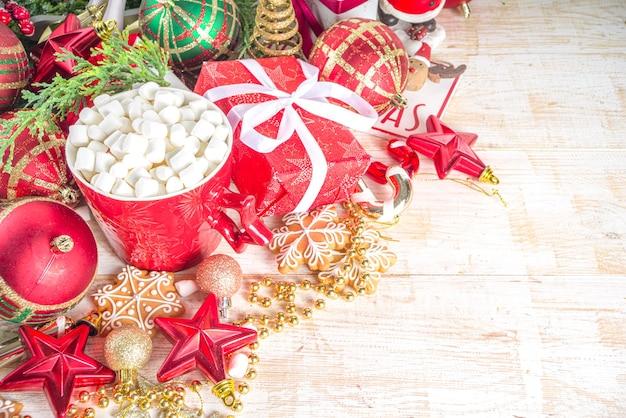 Decor met kerstballen, kerstcadeau dozen en warme chocolademelk beker