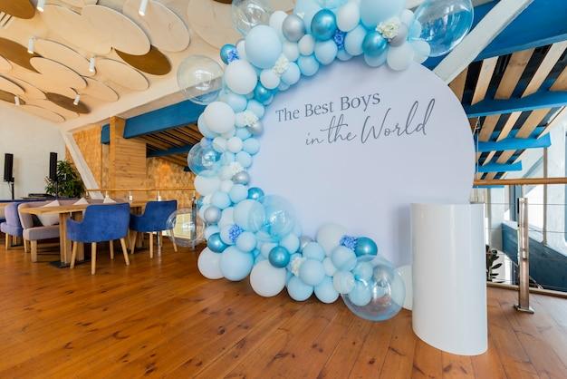 Decor van een fotoshoot met opblaasbare wit-blauwe ballen op een evenement