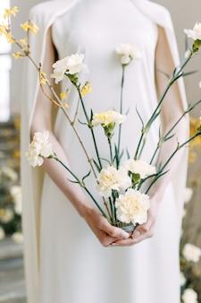 Decor van gele bloemen op de trap met de bruid. trouwfotozone van trendy tinten.