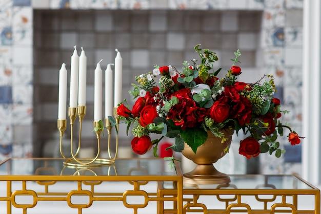 Decor van rode rozen en kaarsen